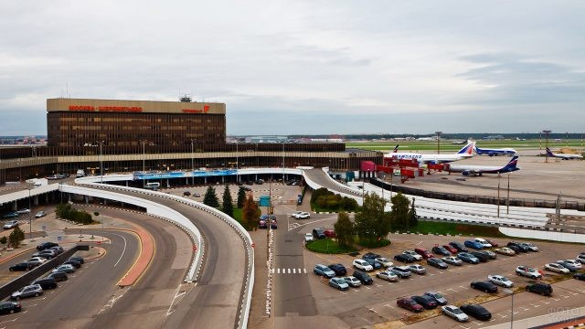 Парковка и транспортная развязка у терминала F
