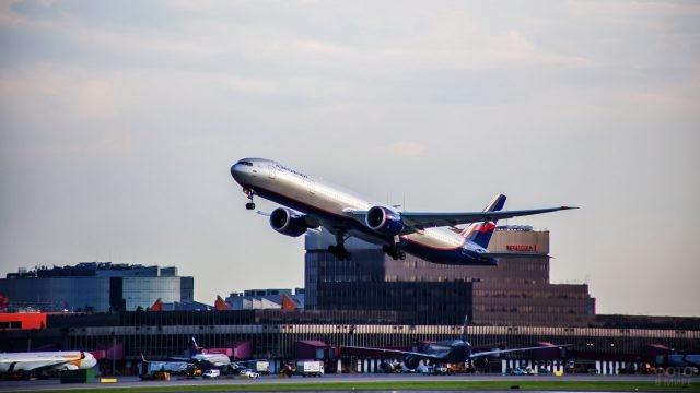 Самолёт Аэрофлота взлетает от терминала F