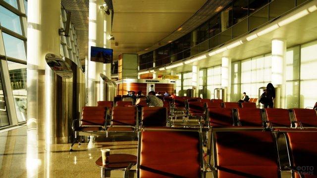 Залитый солнцем зал ожидания терминала D
