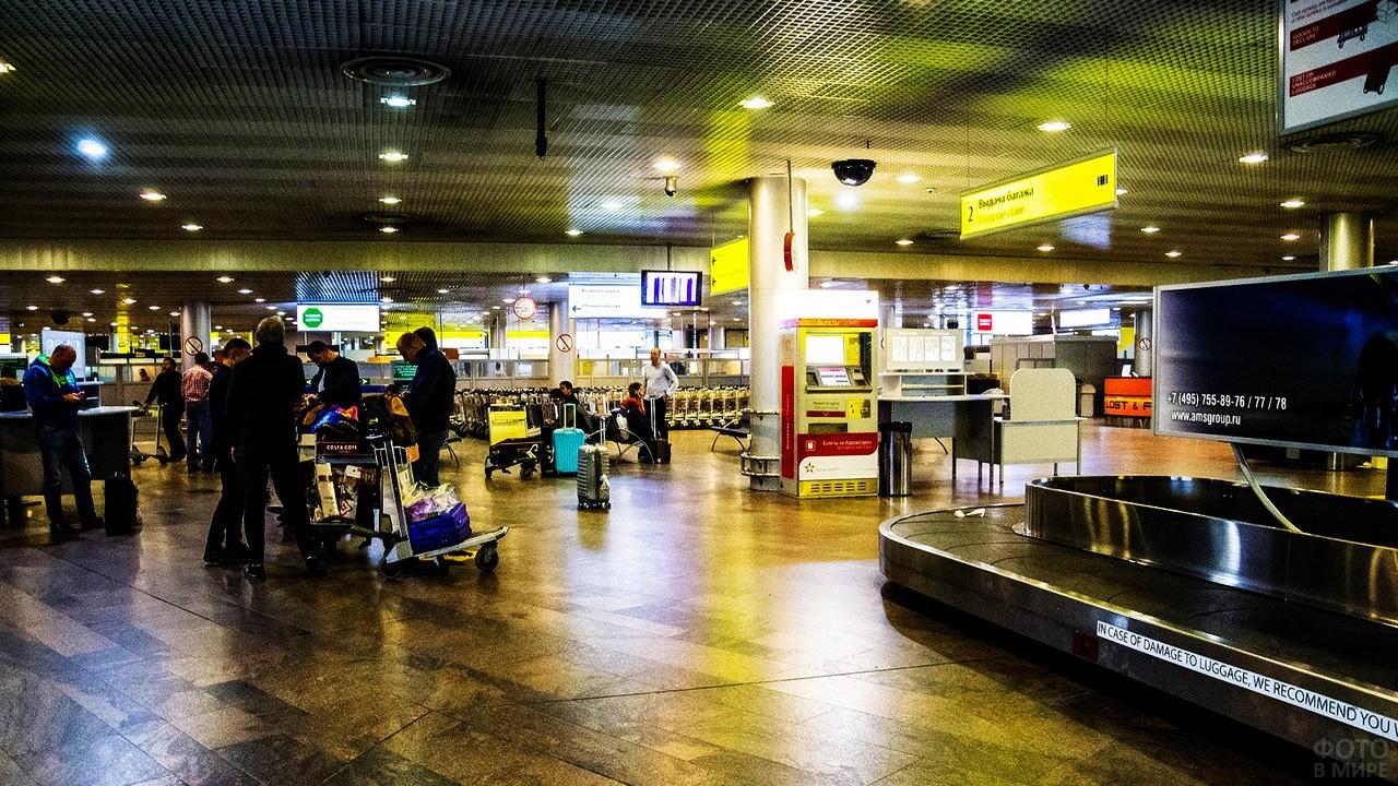 Зона выдачи багажа в терминале F