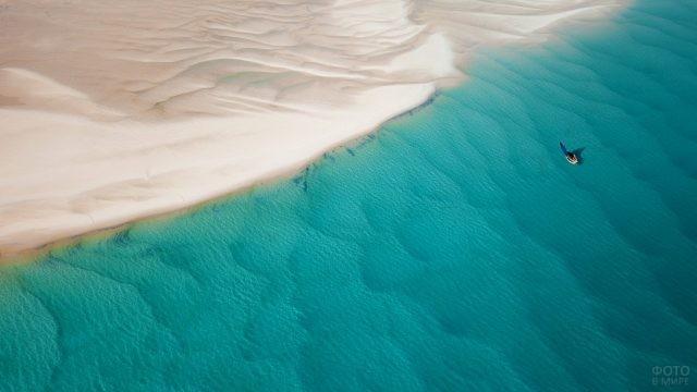 Одинокая лодка в океане