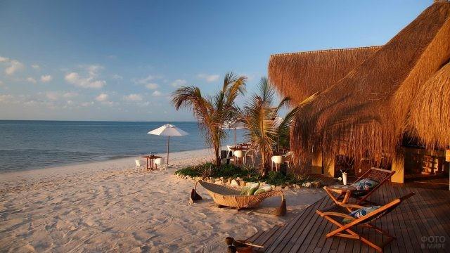 Пляжные домики на берегу океана
