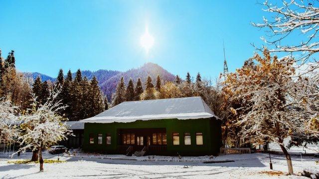 Дача Сталина в солнечный зимний день