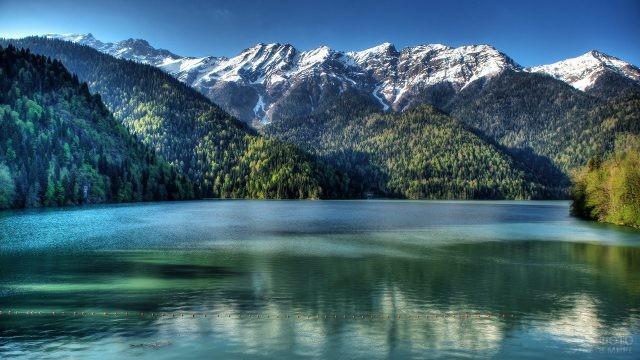 Хребет Западного Кавказа над озером