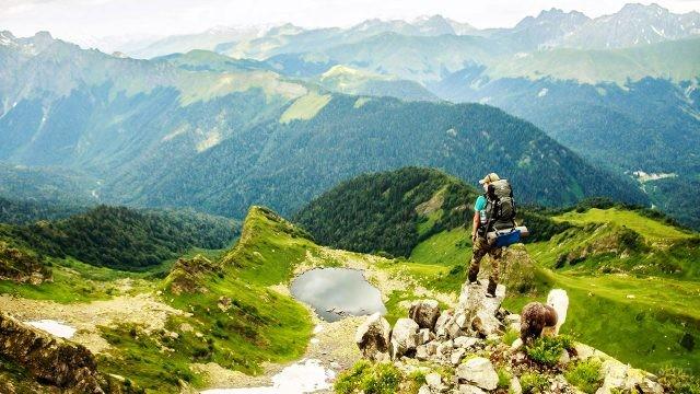 Эко-турист на вершине горы в Рицинском заповеднике
