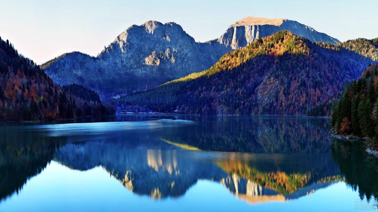 Осенний лес отражается в воде озера