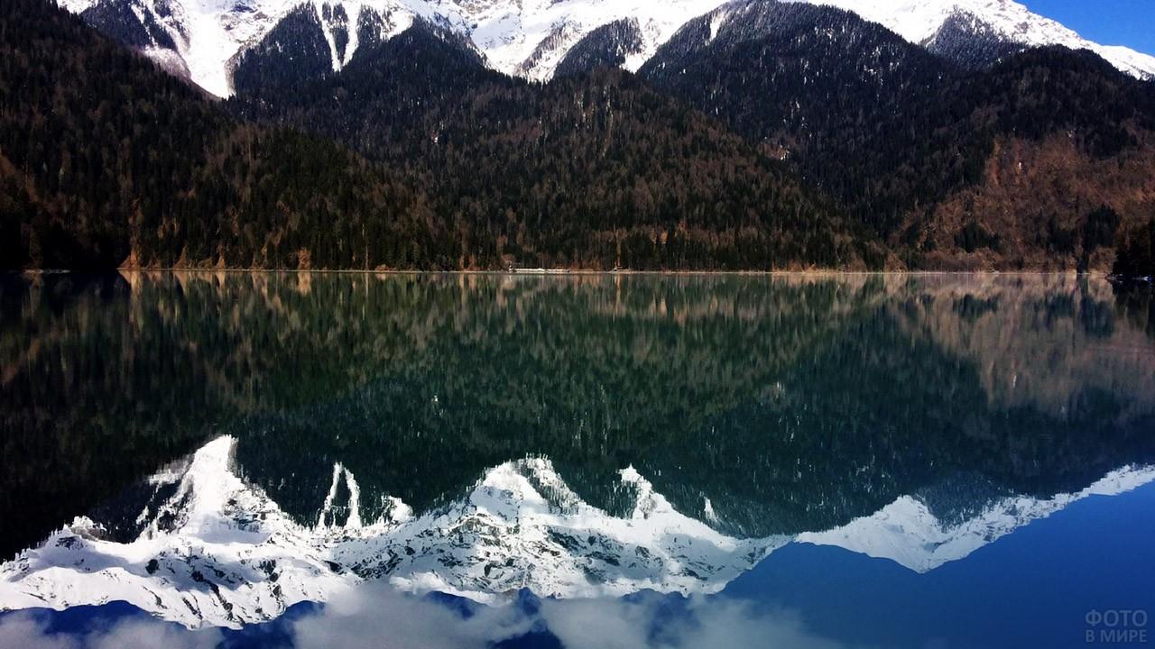 Шапка Западного Кавказа отражается в зеркале воды