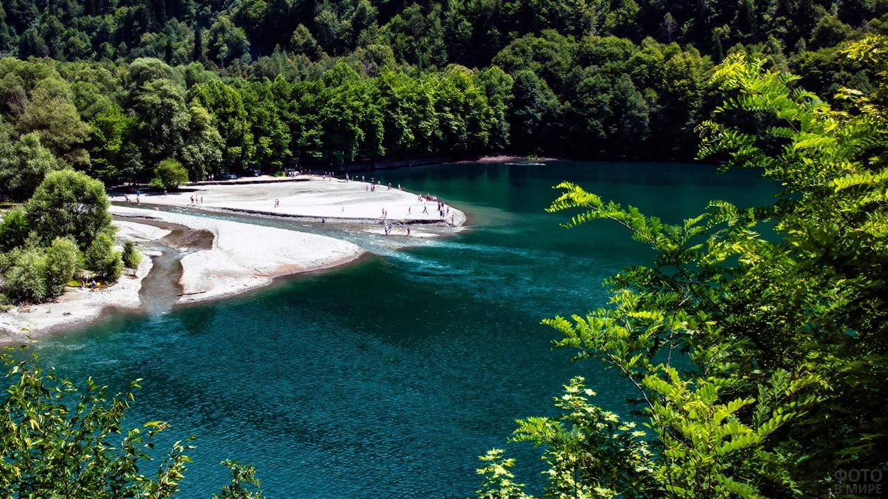 Туристы у впадающей в озеро Рица горной реки