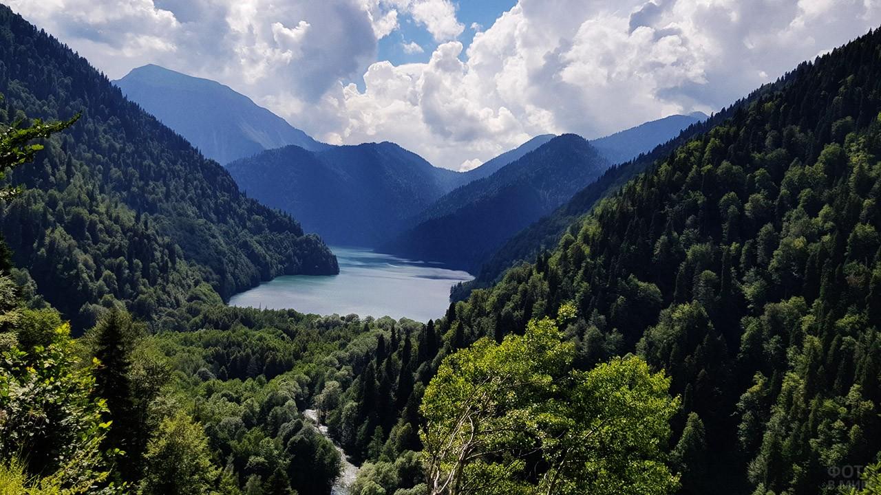 Вид на озеро с дороги от Пицунды