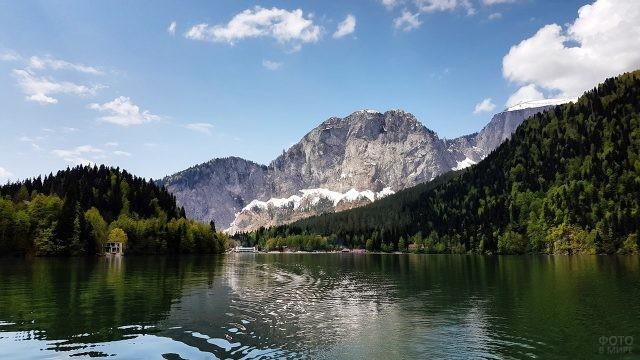 Вид с катера на гладь озера и горы