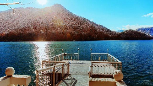 Вид с пирса в солнечный зимний день
