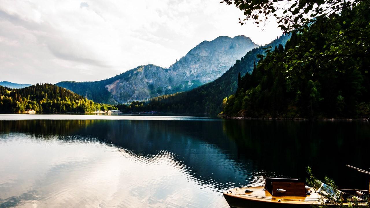 Живописное горное озеро
