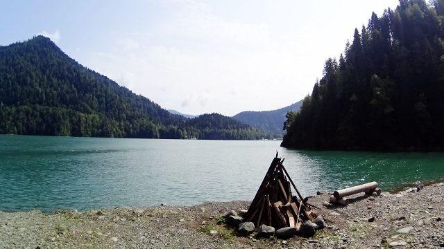 Зона для пикника у кромки воды