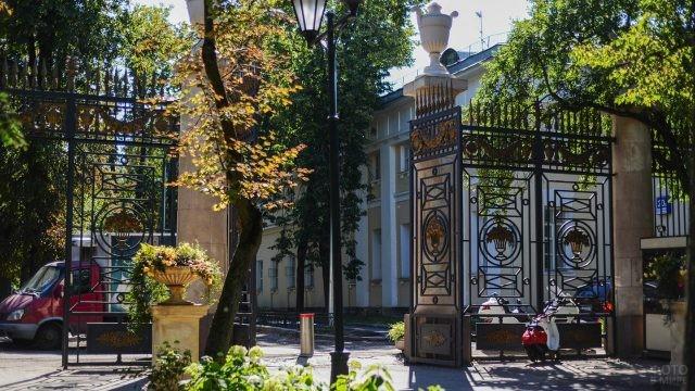 Гостеприимно распахнутые ворота Главного входа