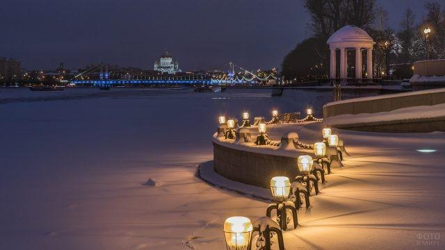 Огни на заснеженной Пушкинской набережной
