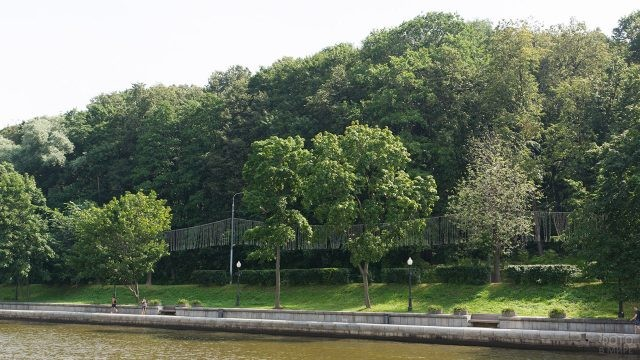 Пушкинская набережная вдоль парка усадьбы Нескучное