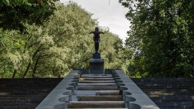 Скульптура Ныряльщица на Пушкинской набережной