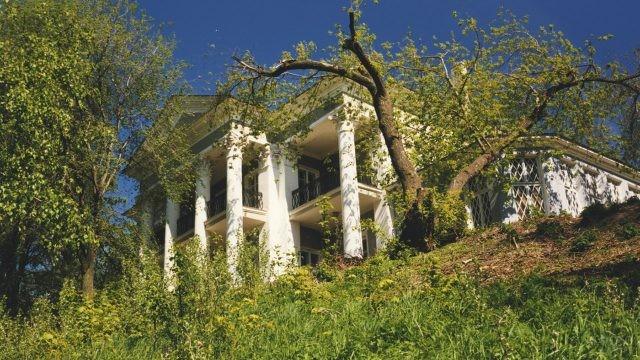 Вид на Летний домик со склона холма
