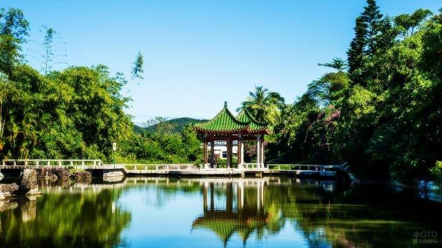 Беседка над прудом в курорте Дунфан