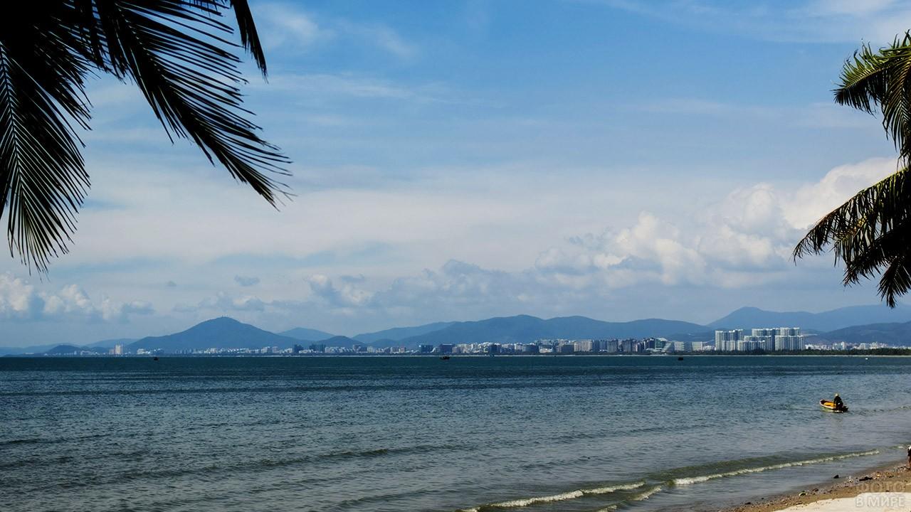Панорама курорта Санья с дикого пляжа