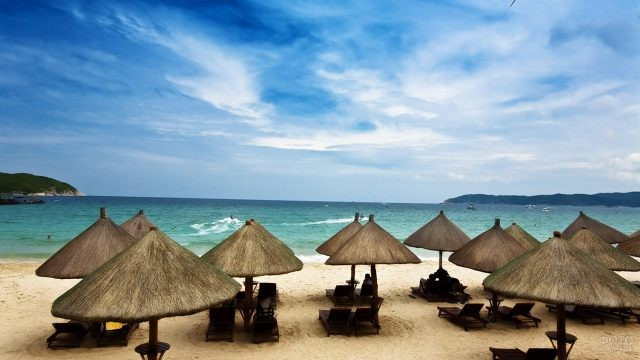 Пляж в бухте Ялонг Бэй