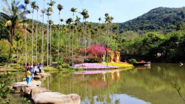 Туристы в цветущих тропиках парка Янода