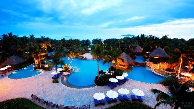 Вечерняя иллюминация бассейна при отеле