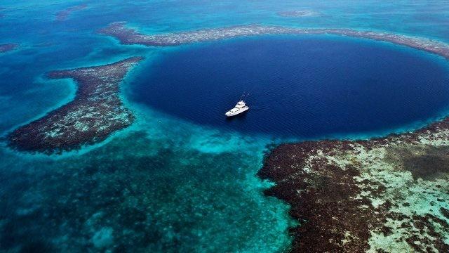 Белая яхта над Большой Голубой дырой