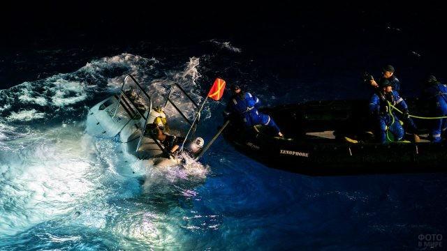 Океанологи работают в водах Тихого океана над Бездной Челленджера
