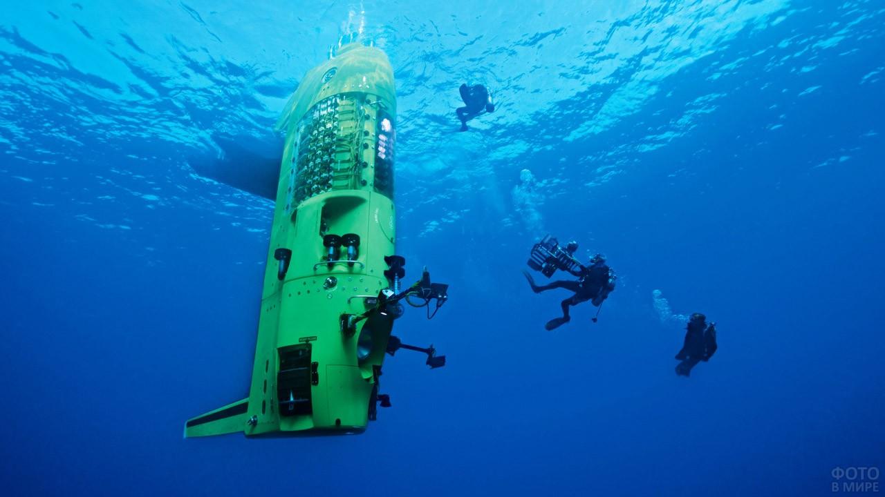 Погружение батискафа и аквалангистов