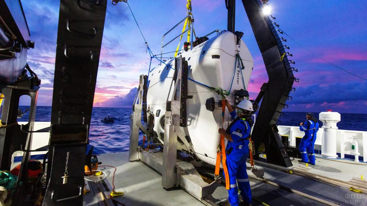 Техники готовят подводную лодку к погружению