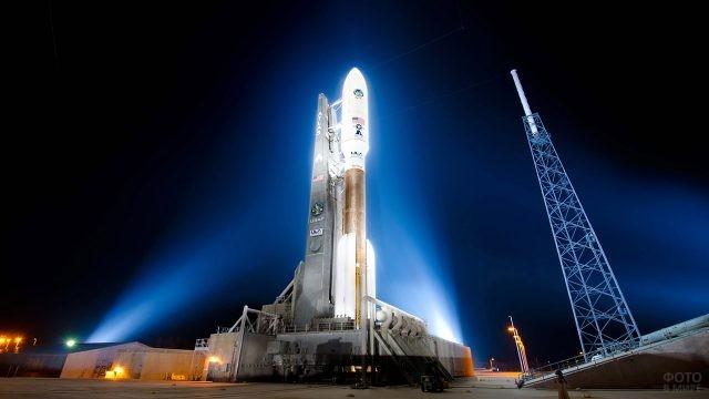 Ночная иллюминация космической ракеты в стартовой системе
