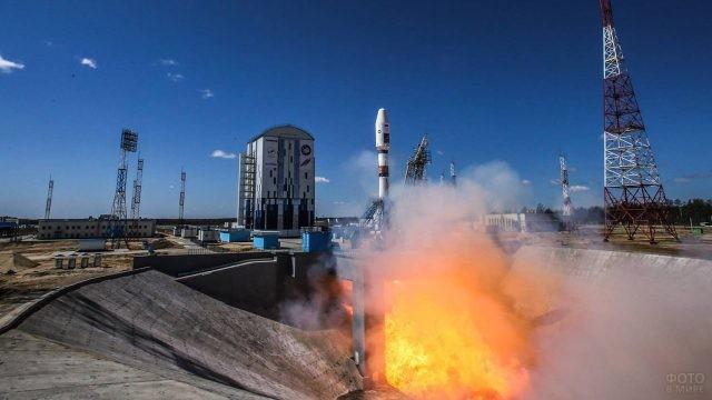 Пламя под ракетой перед стартом