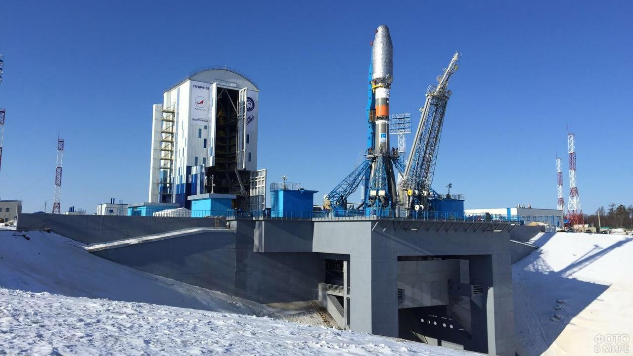 Снег вокруг стартовой площадки космодрома Восточный