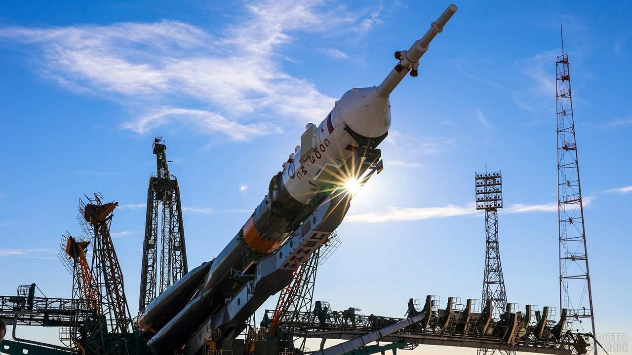 Союз МС-10 в лучах солнца