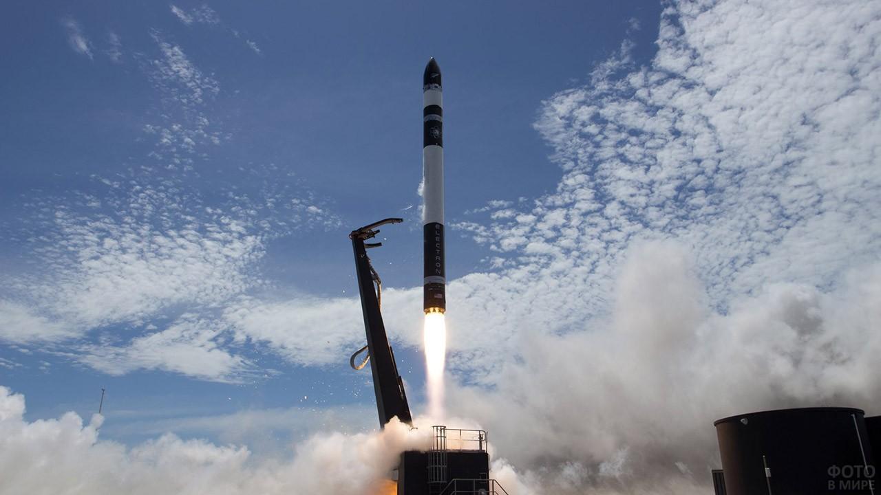 Стартующая ракета на фоне неба
