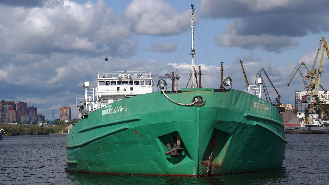 Буксир в акватории речного порта