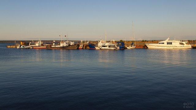 Яхты и теплоходы в акватории речного порта