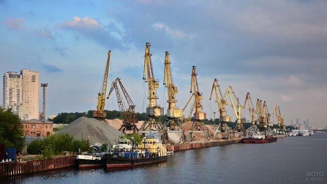 Краны грузового речного порта в Новосибирске