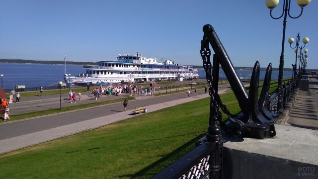 Круизный лайнер в речном порту на Волге
