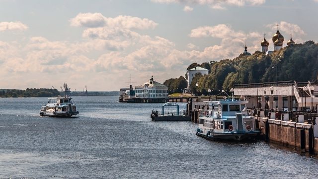 Нарядная набережная в порту Ярославля