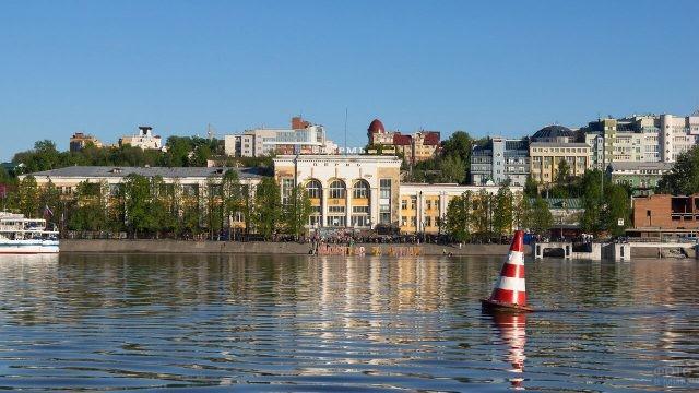 Панорама набережной речного вокзала в Перми