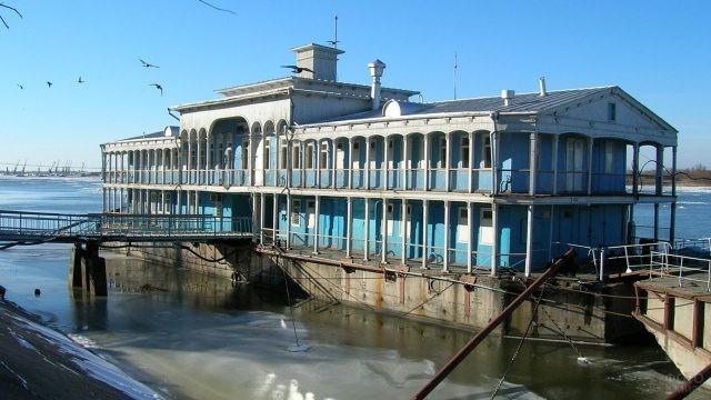 Плавучая пристань - дебаркадер - на Волге
