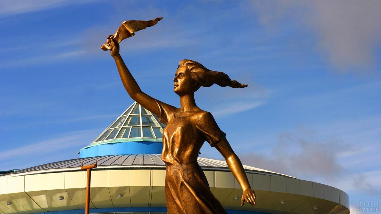 Скульптура Ассоль в порту Ханты-Мансийска