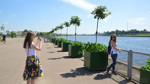 Туристки на набережной Тверского речного порта