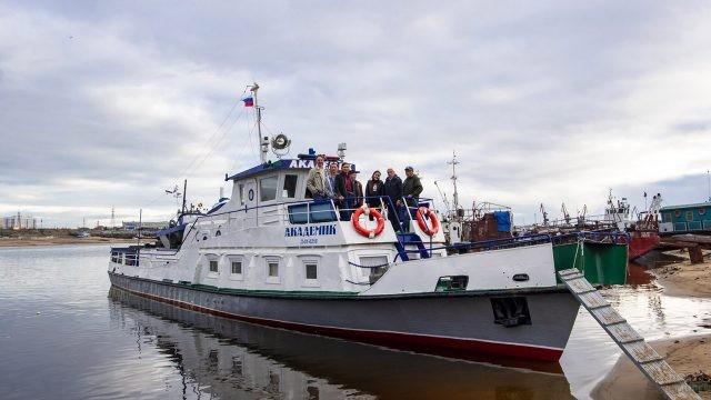 Туристы на катере в речном порту Якутска