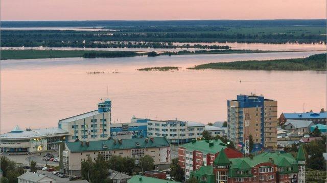 Вид на вечерний Иртыш в районе речпорта в Ханты-Мансийске