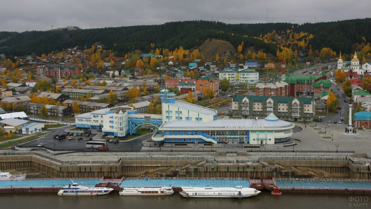 Вид сверху на речпорт в Ханты-Мансийске