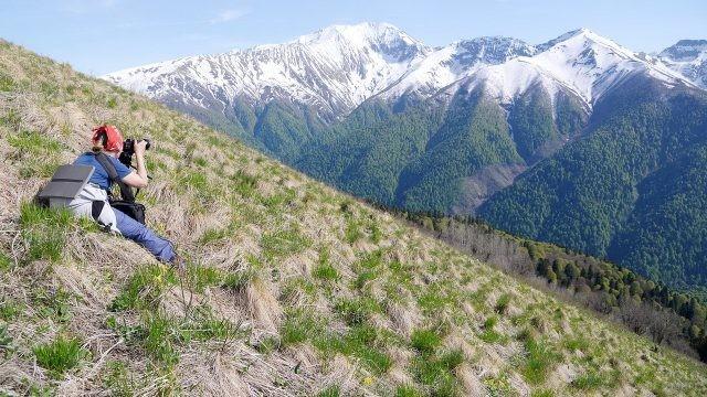 Девушка фотографирует кавказские горы