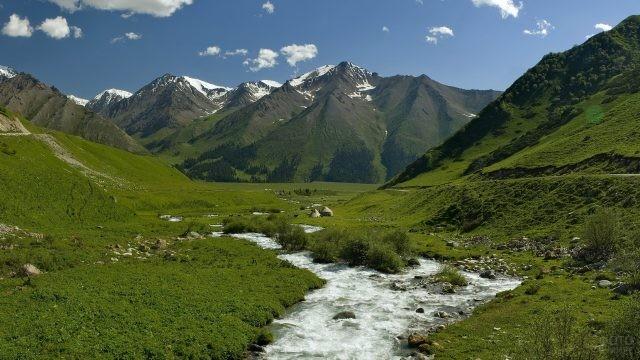Горный ручей среди гор на Кавказе
